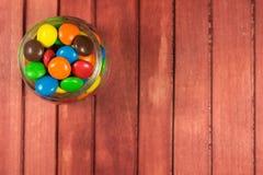 Caramelos del color en fondo de madera Copie el espacio Fotografía de archivo libre de regalías