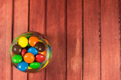 Caramelos del color en fondo de madera Copie el espacio Foto de archivo libre de regalías