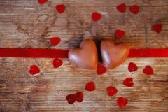 Caramelos del corazón del chocolate del presente del día del ` s de la tarjeta del día de San Valentín Foto de archivo libre de regalías