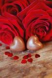 Caramelos del corazón del chocolate del presente del día del ` s de la tarjeta del día de San Valentín y rosas rojas Imágenes de archivo libres de regalías