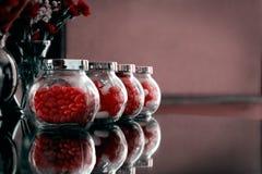 Caramelos del día de tarjetas del día de San Valentín en tarros Imágenes de archivo libres de regalías
