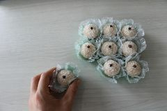 Caramelos deliciosos del coco con el clavo en el top, llamado Beijinho o Branquinho Imagen de archivo