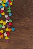 Caramelos dulces del color en las tortas en forma de corazón Fotos de archivo libres de regalías