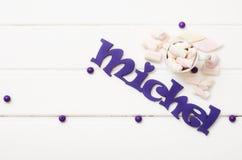 Caramelos dulces en la tabla de madera blanca Fotos de archivo