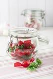 Caramelos dulces en los tarros de cristal Foto de archivo