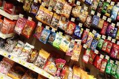 Caramelos en el supermercado Imágenes de archivo libres de regalías