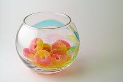 Caramelos en el tazón de fuente de cristal Imagen de archivo libre de regalías