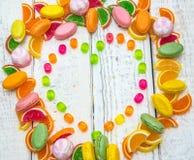 Caramelos en forma de corazón del capítulo en el fondo Foto de archivo libre de regalías