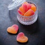 Caramelos en forma de corazón para el día de tarjetas del día de San Valentín Imagen de archivo libre de regalías