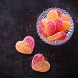 Caramelos en forma de corazón para el día de tarjetas del día de San Valentín Foto de archivo libre de regalías