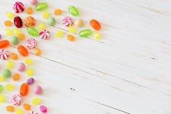 Caramelos en un fondo de madera Imagenes de archivo