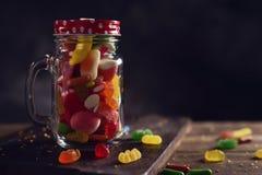 Caramelos en un tarro de albañil fotos de archivo