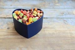 Caramelos en una caja en forma de corazón Fotografía de archivo libre de regalías