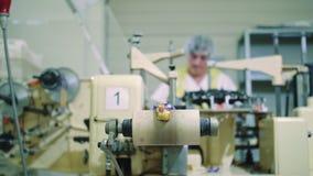 Caramelos envueltos que mienten en transportador Fábrica del caramelo metrajes