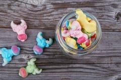 Caramelos gomosos de neón coloridos de una vaca Imagenes de archivo