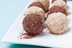 Caramelos hechos en casa con el polvo del chocolate y de las almendras Fotografía de archivo