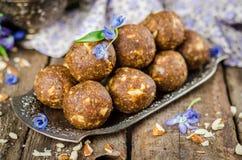 Caramelos hechos en casa con las fechas y nueces en intento del vintage y fondo de madera Dulces del este para el Ramadán Foco se Imagen de archivo