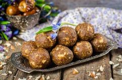 Caramelos hechos en casa con las fechas y nueces en intento del vintage y fondo de madera Dulces del este para el Ramadán Foco se Imágenes de archivo libres de regalías