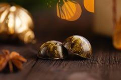 Caramelos hechos a mano en fondo de madera con las decoraciones de la Navidad Imágenes de archivo libres de regalías
