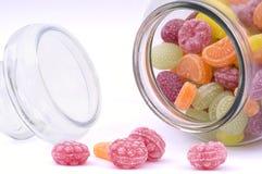 Caramelos multicolores en el crisol de cristal Fotos de archivo libres de regalías