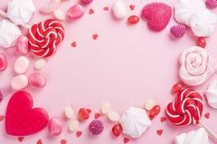 Caramelos, piruletas, jalea en rosa imagen de archivo