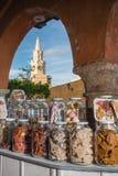 Caramelos porta y torre de reloj pública Imagen de archivo libre de regalías