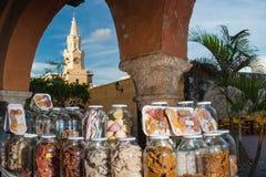 Caramelos porta y torre de reloj pública Foto de archivo libre de regalías
