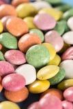 Caramelos redondos coloridos macros del primer con el fondo borroso Foto de archivo