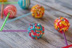 Caramelos redondos en los palillos Foto de archivo