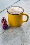 Caramelos retros amarillos de la taza y de chocolate Fotografía de archivo libre de regalías