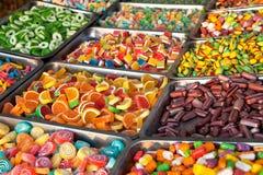 Caramelos y Jellybeans coloridos mezclados Fotos de archivo