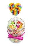 Caramelos y piruleta deliciosos en tarro fotos de archivo libres de regalías