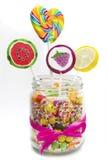 Caramelos y piruletas de la fruta en tarro imagen de archivo libre de regalías