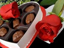 Caramelos y rosas de la tarjeta del día de San Valentín Fotografía de archivo libre de regalías
