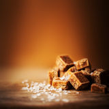 caramels Morceaux de caramel et fin salés de sel de mer, vue supérieure Photo libre de droits