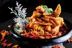 Caranguejo fritado picante especial no estilo chinês na placa preta Imagens de Stock Royalty Free