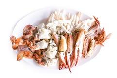 Caranguejo isolado, caranguejo de natação azul cozinhado no fundo branco fotografia de stock