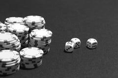 Caranguejos e microplaquetas da aposta em um jogo de tabela Imagem de Stock Royalty Free