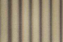 Carapace en b?ton grise avec le soulagement onduleux et les ombres Lignes verticales Texture de surface approximative image stock