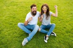 Caras alegres del inconformista barbudo del hombre y de la mujer bonita D?a de la juventud Pares en apoyos alegres de la cabina d foto de archivo