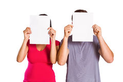 Caras da coberta dos pares com papel Fotografia de Stock