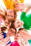 Caras das crianças em um círculo imagens de stock