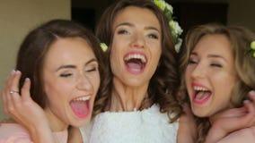 Caras de la novia feliz y de sus amigos almacen de metraje de vídeo