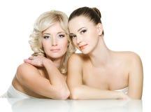 Caras de la sensualidad de dos mujeres jovenes hermosas Fotos de archivo libres de regalías