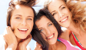 Caras de las muchachas con las sombras que miran abajo Imagen de archivo libre de regalías