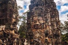 Caras de pedra antigas do templo de Bayon, Angkor, Camboja Foto de Stock