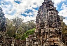 Caras de pedra antigas do templo de Bayon, Angkor, Camboja Fotografia de Stock Royalty Free