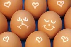 Caras del dibujo en los huevos, fondo de XXXL Foto de archivo