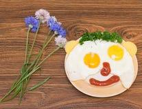 Caras divertidas de los huevos con queso y salsa Imágenes de archivo libres de regalías