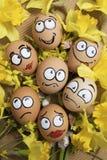 Caras dos ovos da páscoa nas flores Fotos de Stock